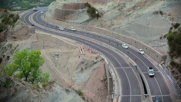 'Despite rain one-way traffic resumes on Srinagar-Jammu highway'